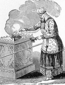 El sumo sacerdote ofrece en incienso en el altar